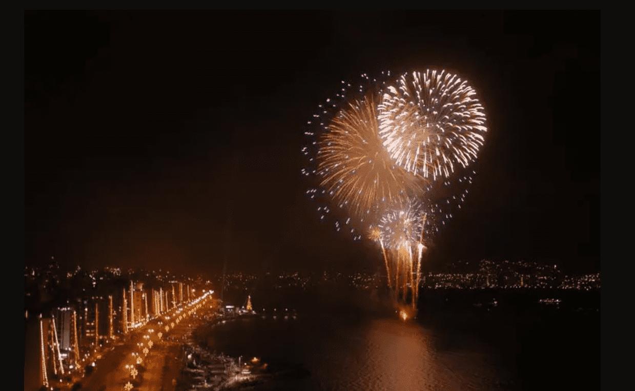 Foto mostra queima de fogos em Florianópolis