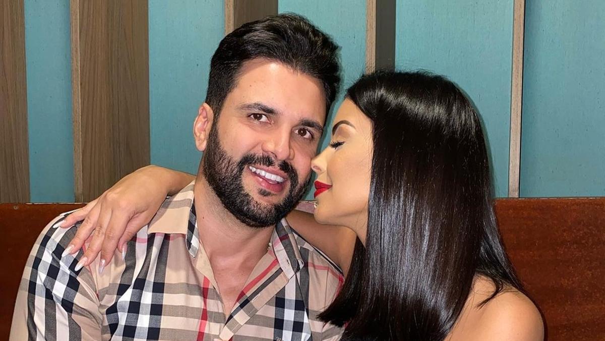 Na imagem a ex-BBB Ivy Moraes e noivo, Rogério