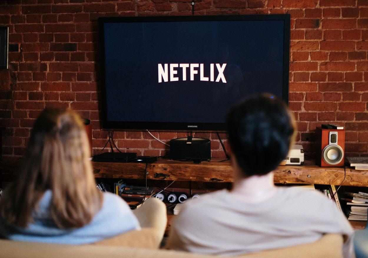 Séries sobre date e relacionamento para maratonar na Netflix
