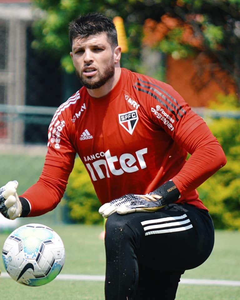 Imagem mostra goleiro do São Paulo, Tiago Volpi.