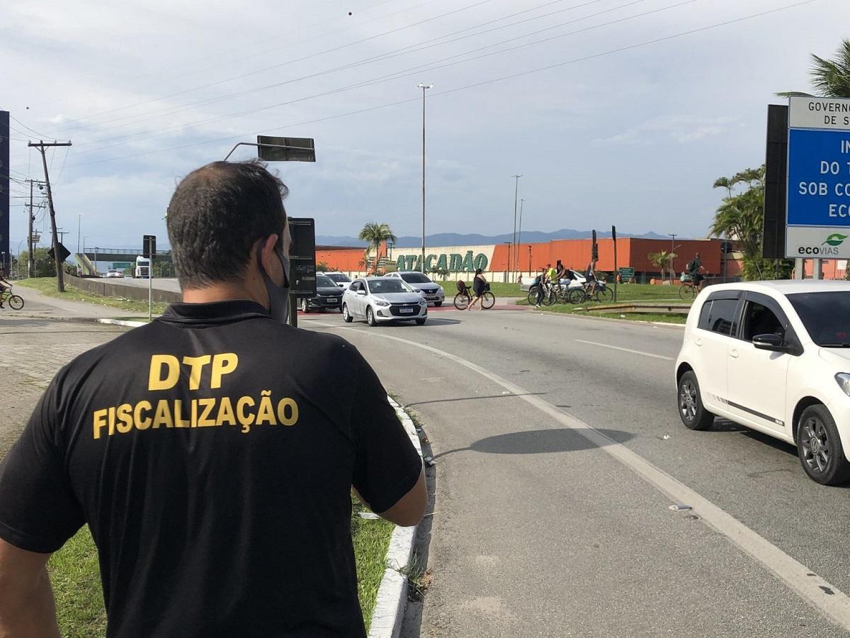 Bloqueios no Guarujá: policial fiscaliza barreira