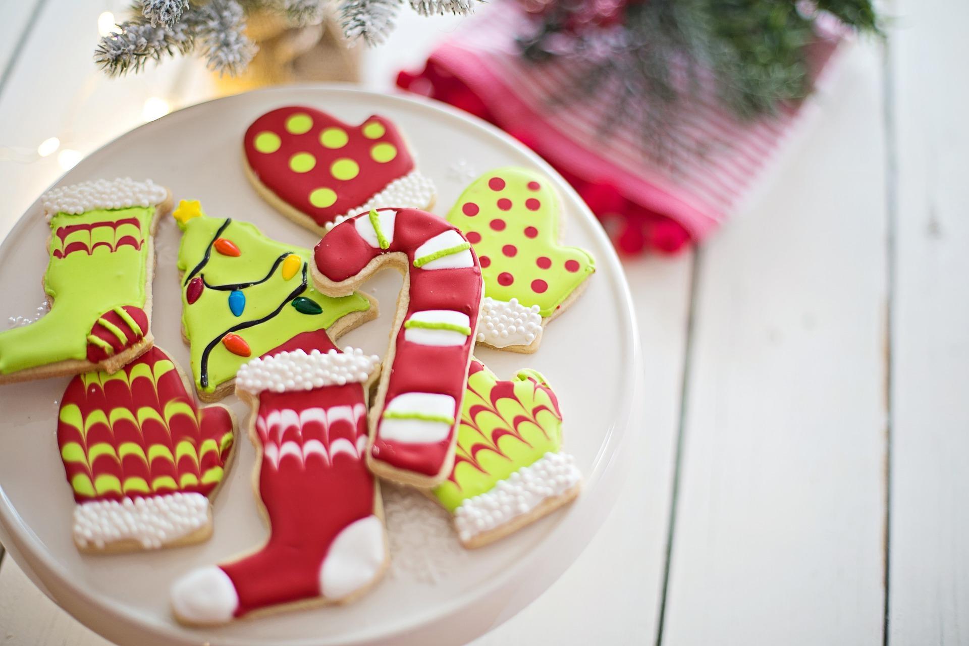 Imagem mostra biscoitos decorados de Natal