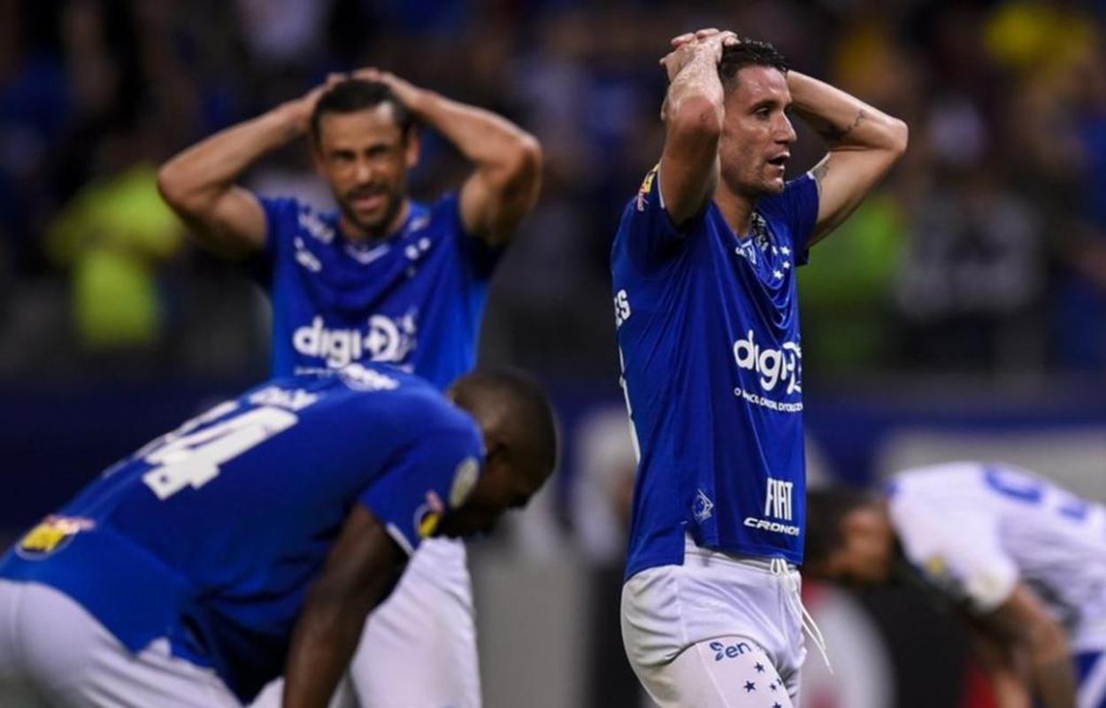 Jogadores do Cruzeiro lamentam: time entrou para a lista dos clubes que sofreram rebaixamentos no Brasileirão