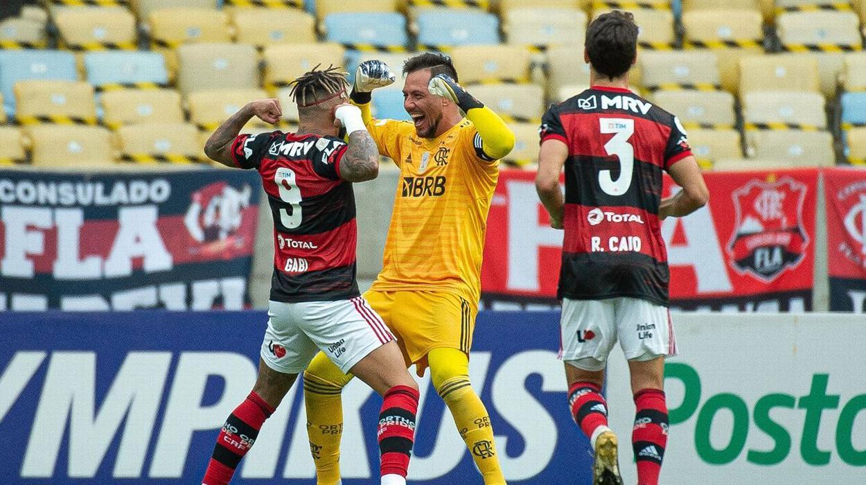 Diego Alves comemora com Gabigol no Flamengo