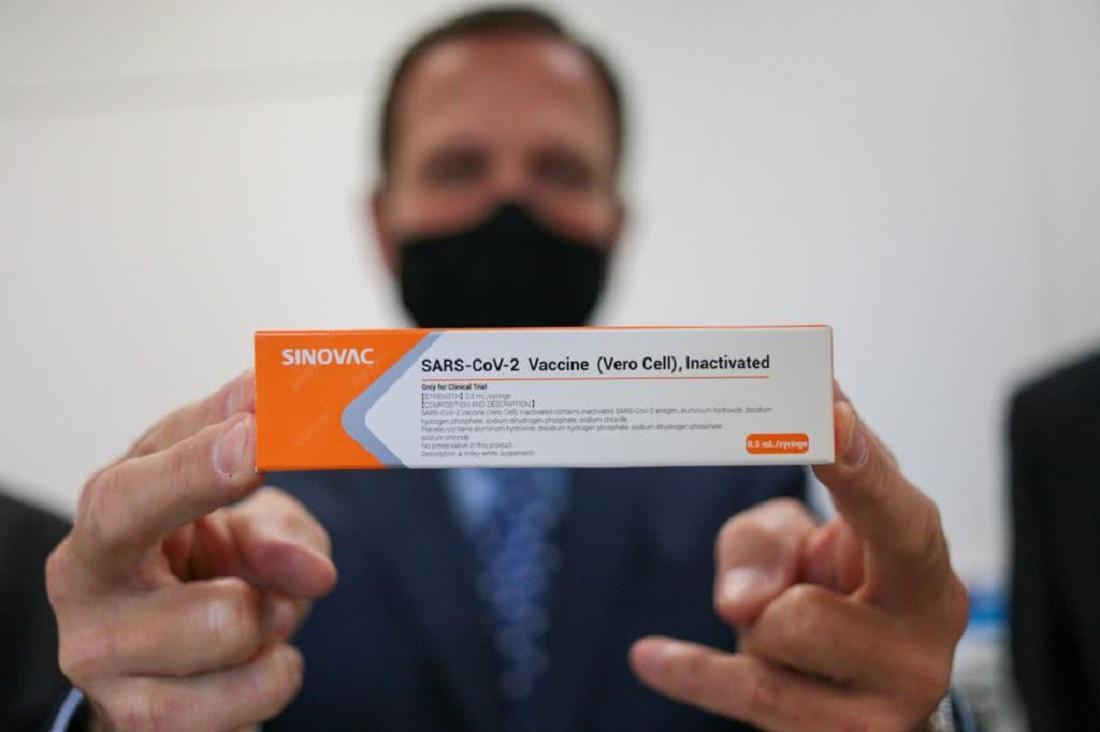Produção da CoronaVac: Dória segurando a vacina