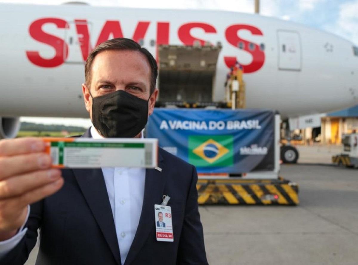 Vacinação contra Covid-19 em SP: governador João Dória com uma dose da vacina em mãos