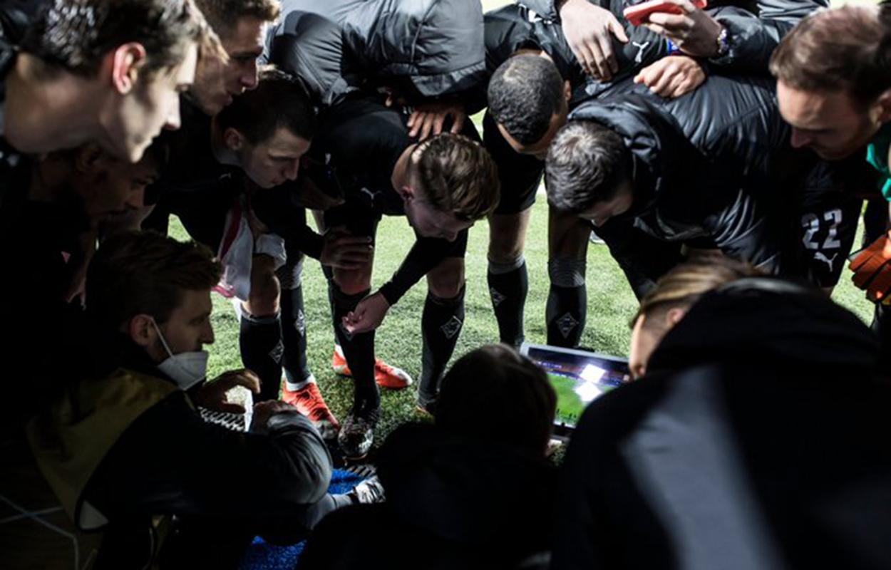 Jogadores do Gladbach esperam por definição de vaga nas oitavas da Champions League 2020/21