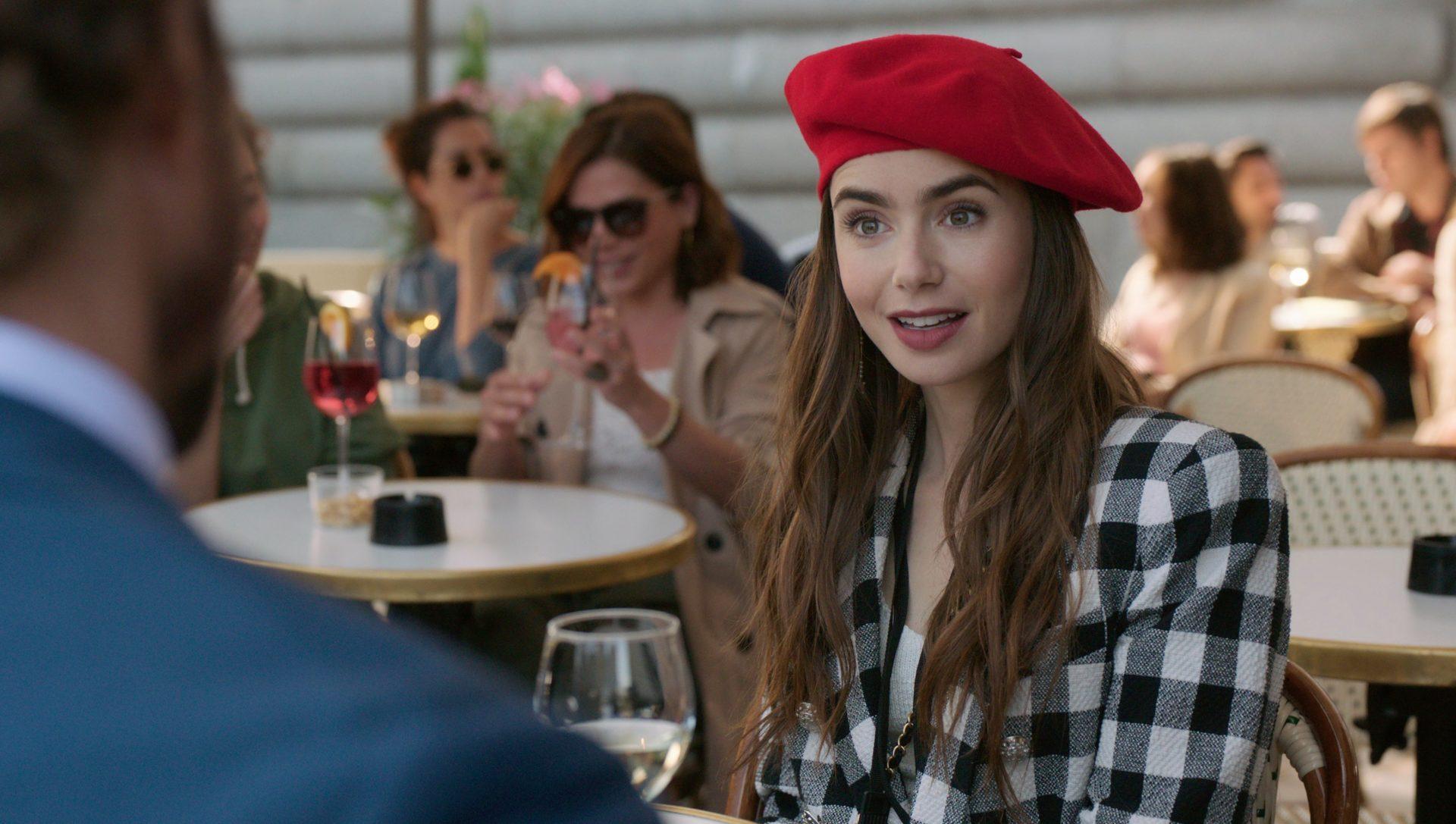 Imagem mostra cena da série Emily em Paris