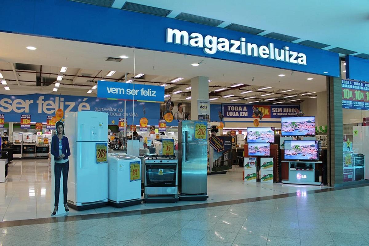 Magazine Luiza: produtos à venda em frente à uma loja