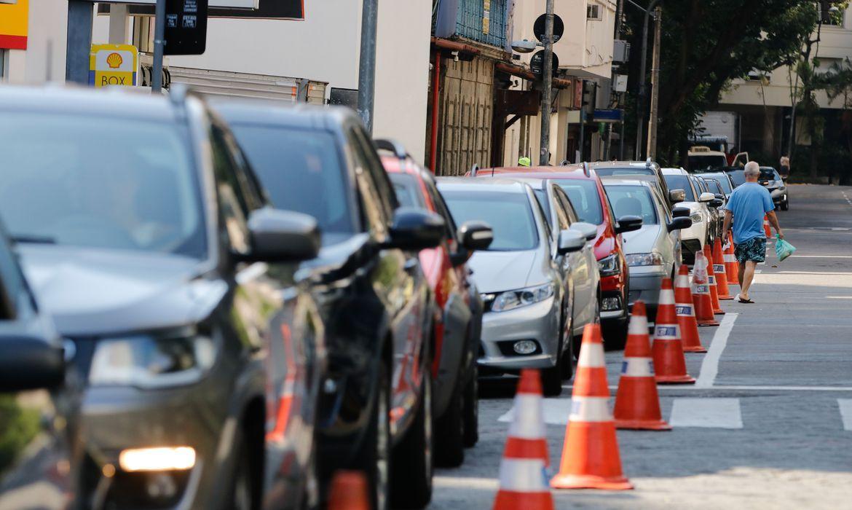 Parcelamento de multa e IPVA: carros no trânsito