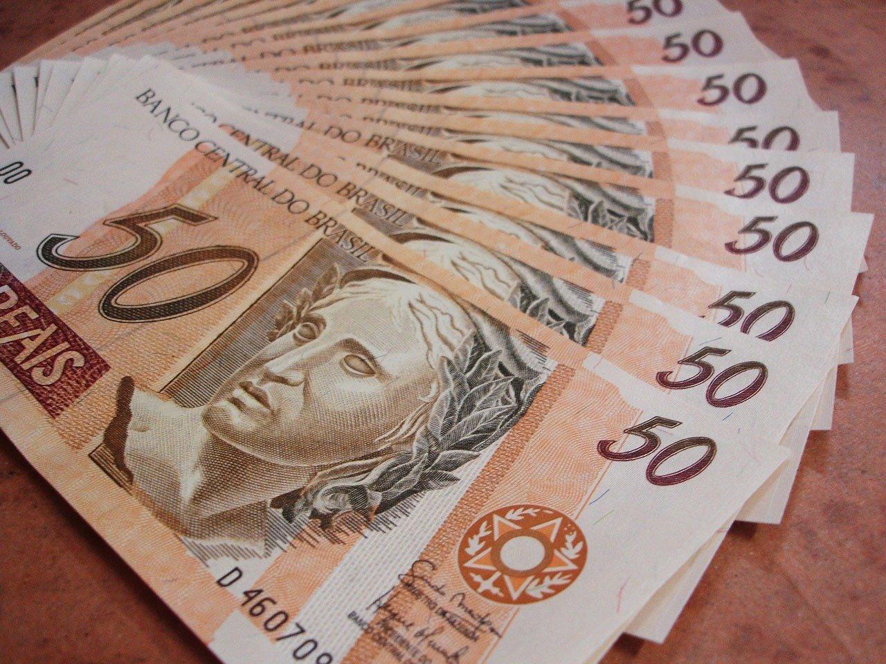 Notas de R$ 50. Salário mínimo 2021