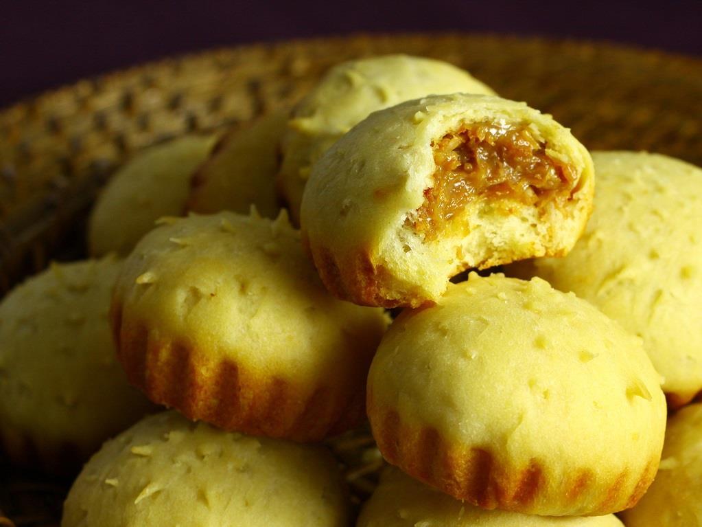 Imagem mostra pão recheado com doce de leite e coco