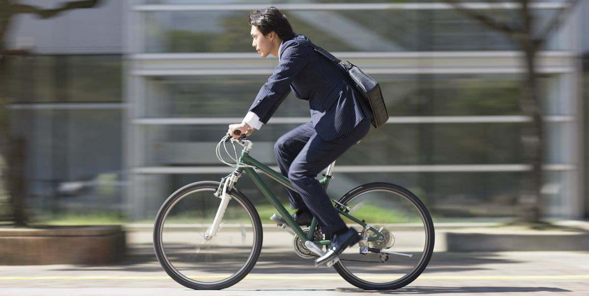 PEC Emergencial, representado por engravatado pedalando bicicleta