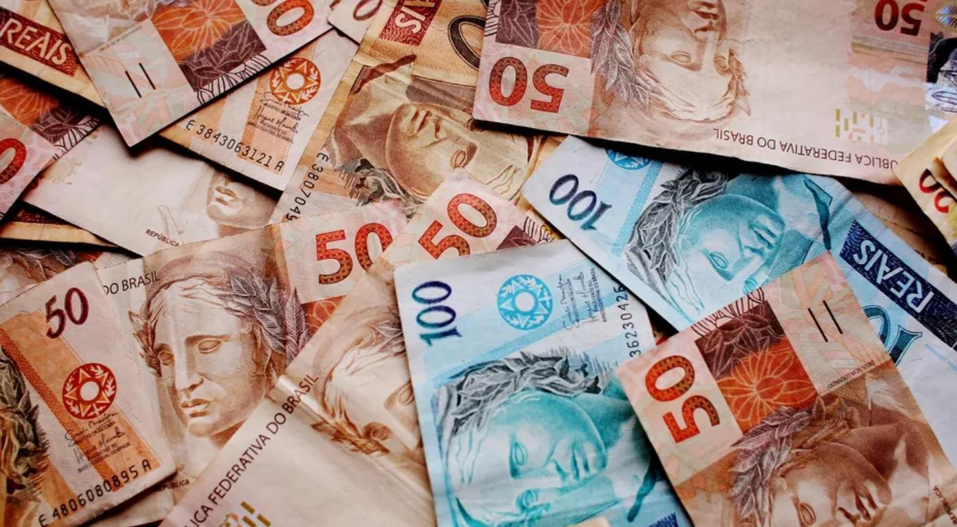 13° salário - notas de dinheiro