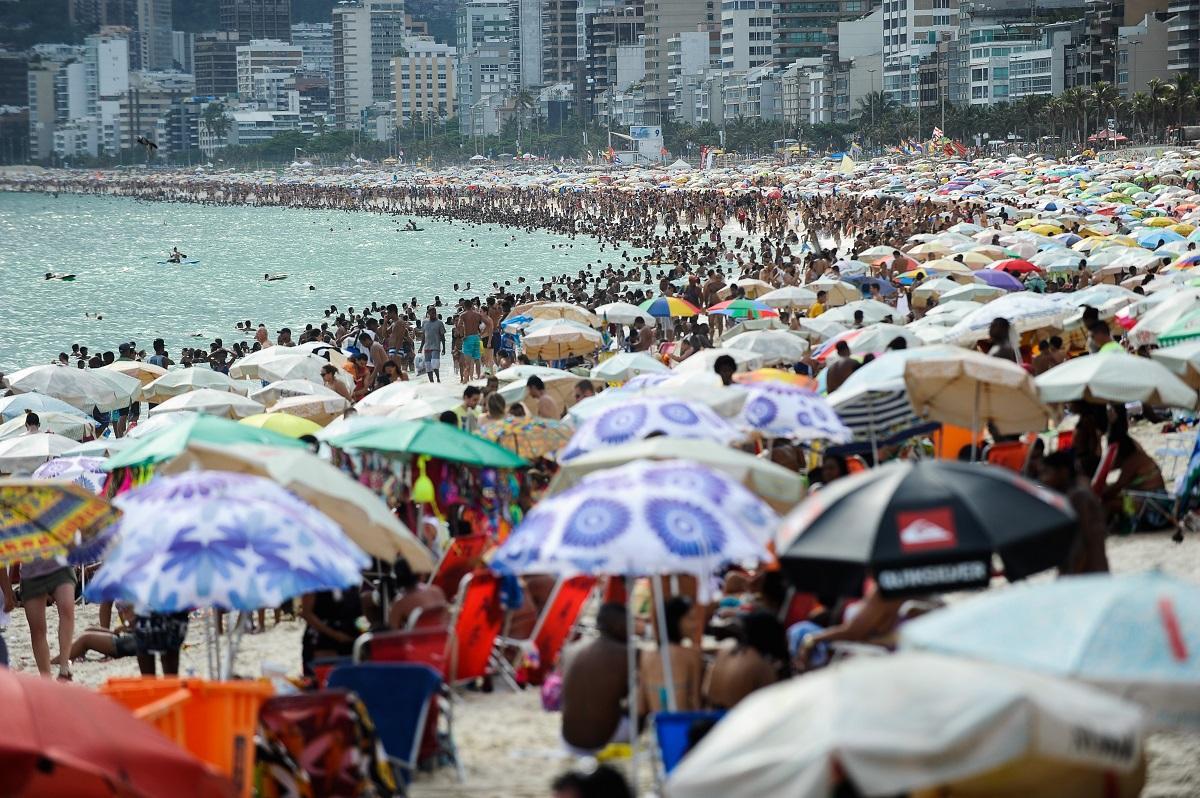 Verão no Rio: banhistas ocupam toda a faixa de areia
