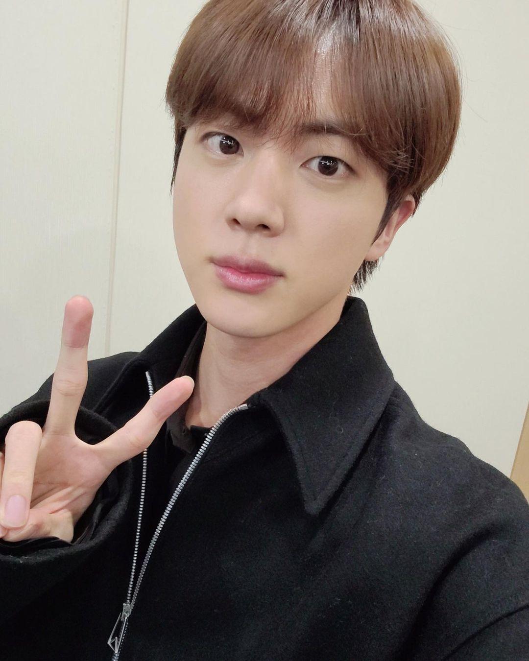 Imagem mostra rosto do cantor Jin, do BTS