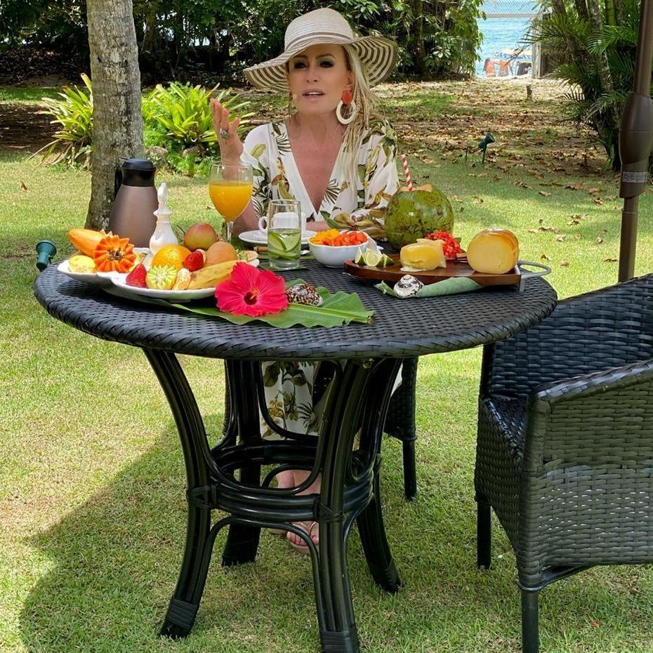 Imagem mostra Ana Maria Braga na casa de praia