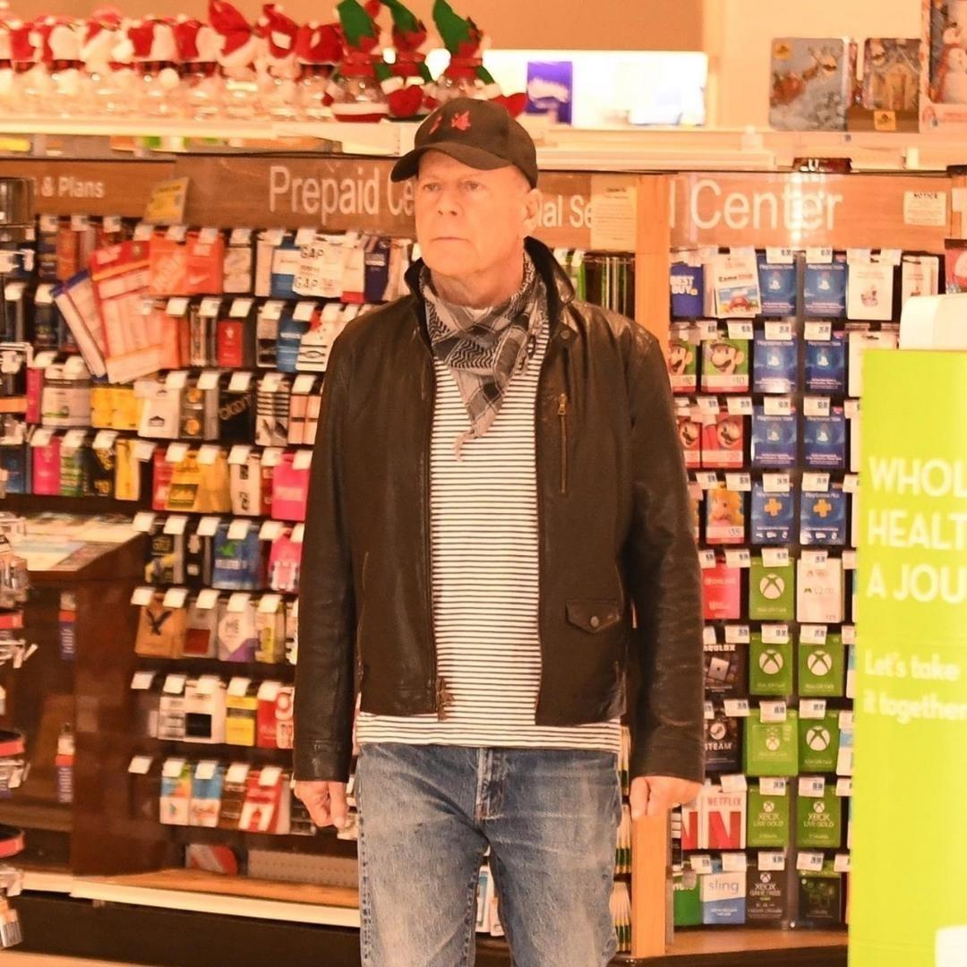 Na imagem o ator Bruce Willis flagrado sem máscara de proteção em farmácia