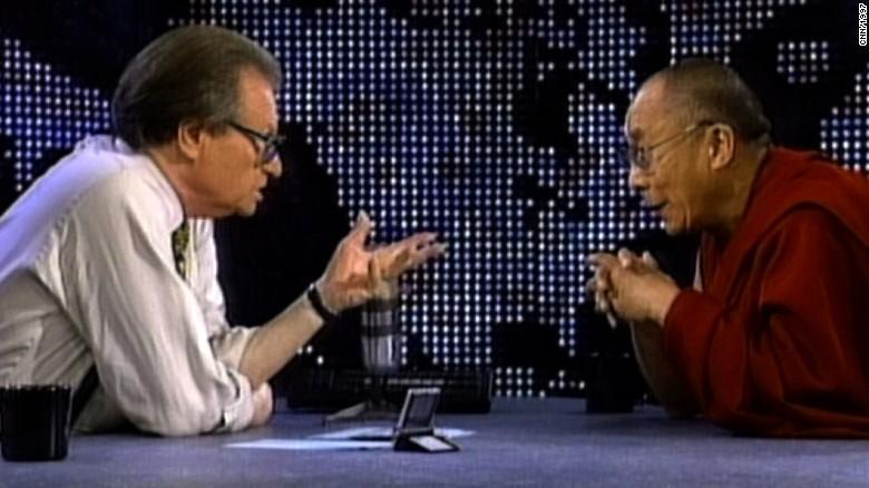 Imagem mostra entrevista de Larry King com Dalai Lama