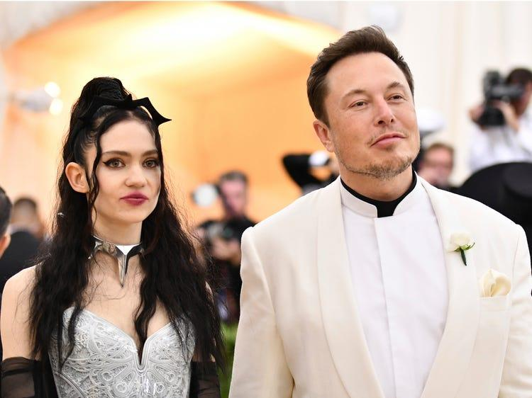 Imagem mostra Grimes em matéria sobre família de Elon Musk