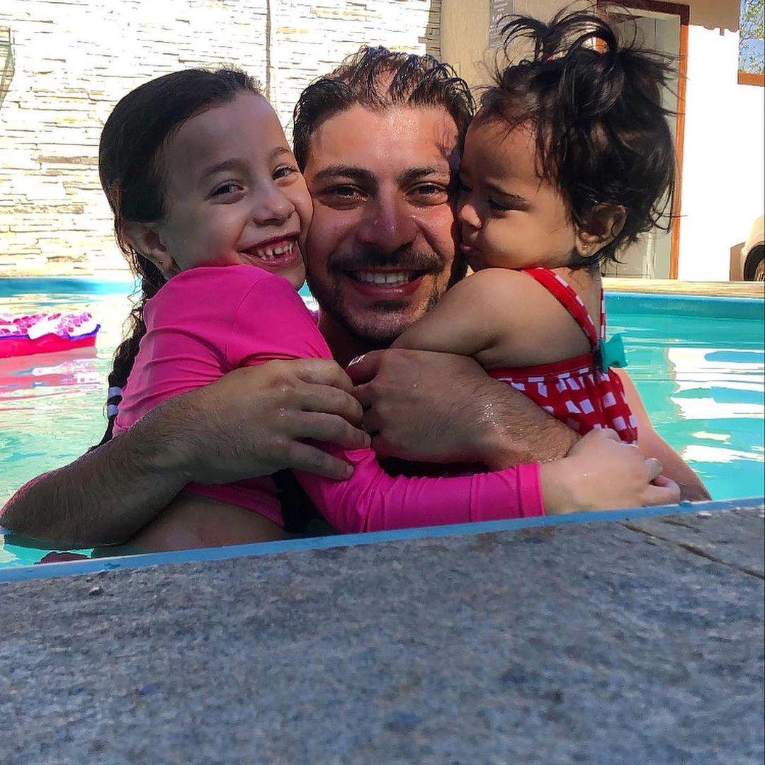 Na imagem Caio no BBB 21 com filhas