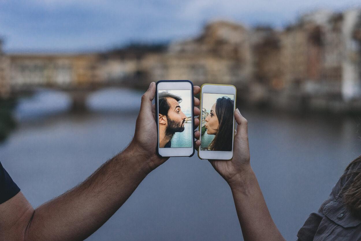Casais que se conhecem em aplicativos