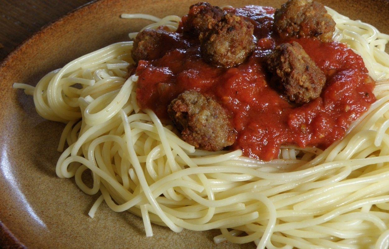 Imagem mostra prato de espaguete com almôndegas