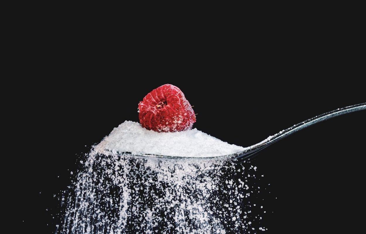 Imagem mostra colher de açúcar