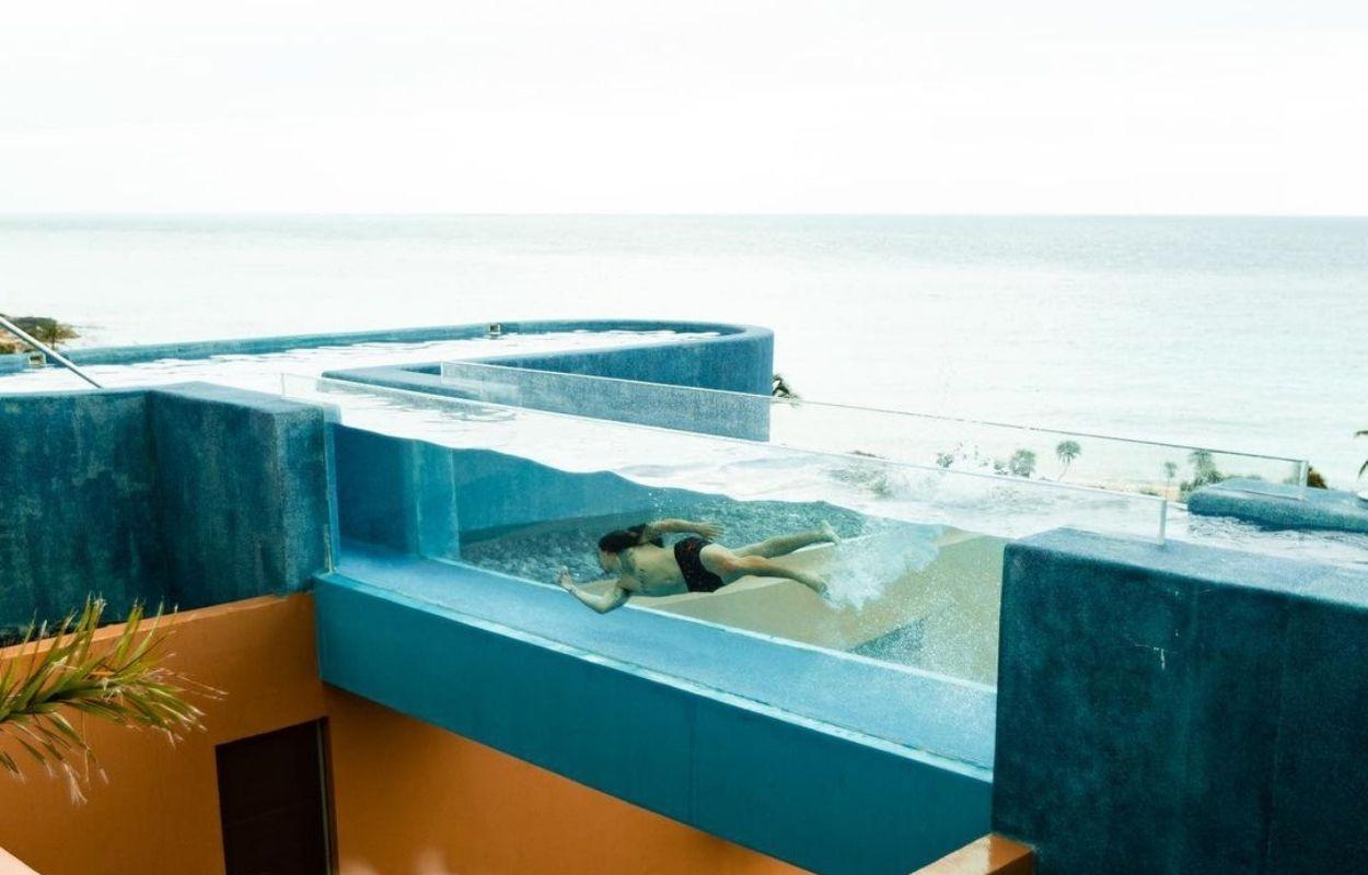 Imagem mostra Whindersson Nunes em piscina no México