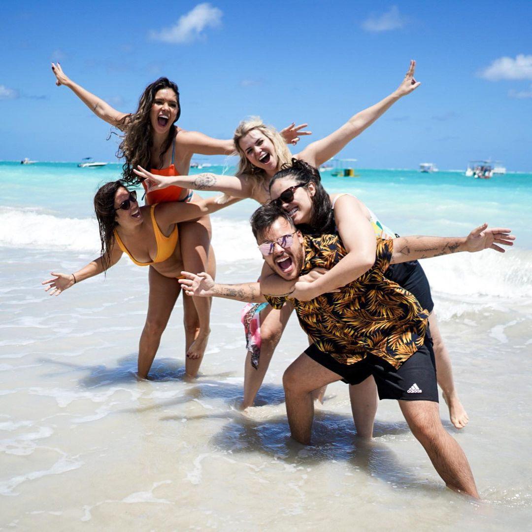 Imagem mostra a ex-BBB Marcela e Luiza com amigos em Maragogi
