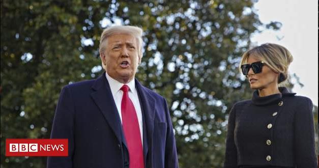 Imagem mostra Donald Trump e Melania Trump na despedida da Casa Branca