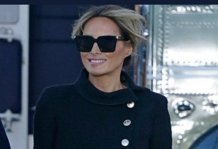 Imagem mostra Melania Trump sorrindo na saída da Casa Branca