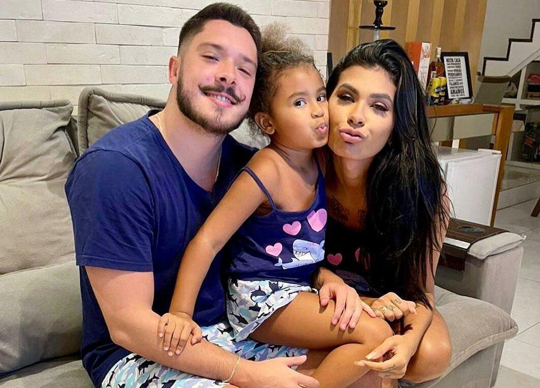 Na imagem, Pocah no BBB21 e família