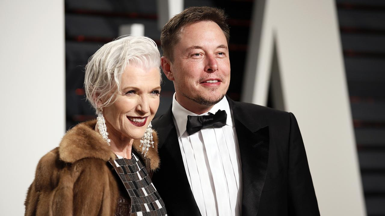 Imagem mostra a modelo Maye Musk e Elon Musk em matéria sobre a família de Elon Musk