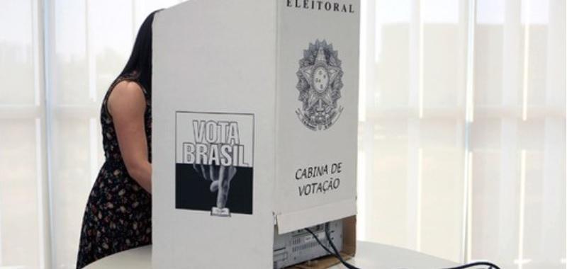 multa eleitoral: mulher votando