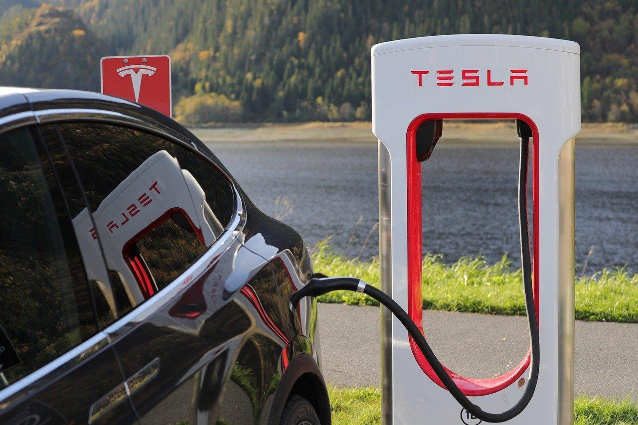 Na imagem logo da Tesla