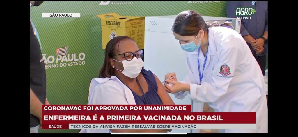 Na imagem a enfermeira Mônica Calazans sendo vacinada no Hospital das Clínicas, em Sao Paulo