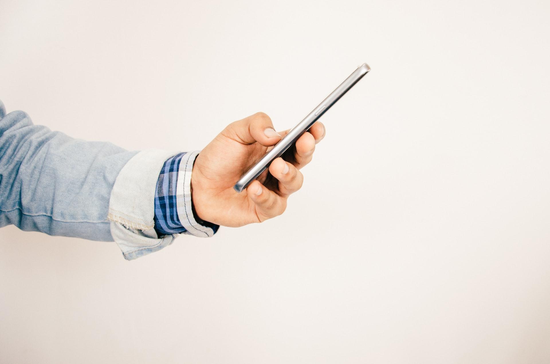 Pessoa usado celular.