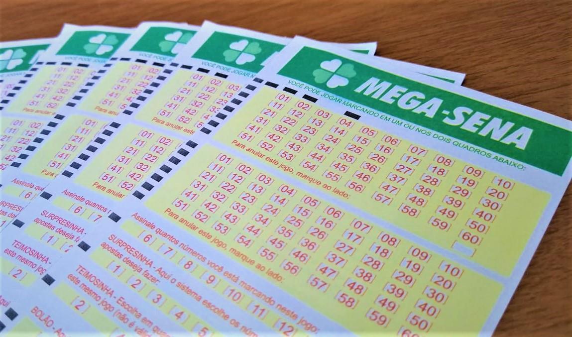 resultado da mega-sena - na imagem, bilhetes da mega-sena em branco enfileirados formando um leque que estão dispostos sob uma mesa