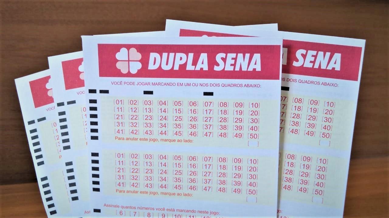 A imagem mostra volantes da Dupla Sena