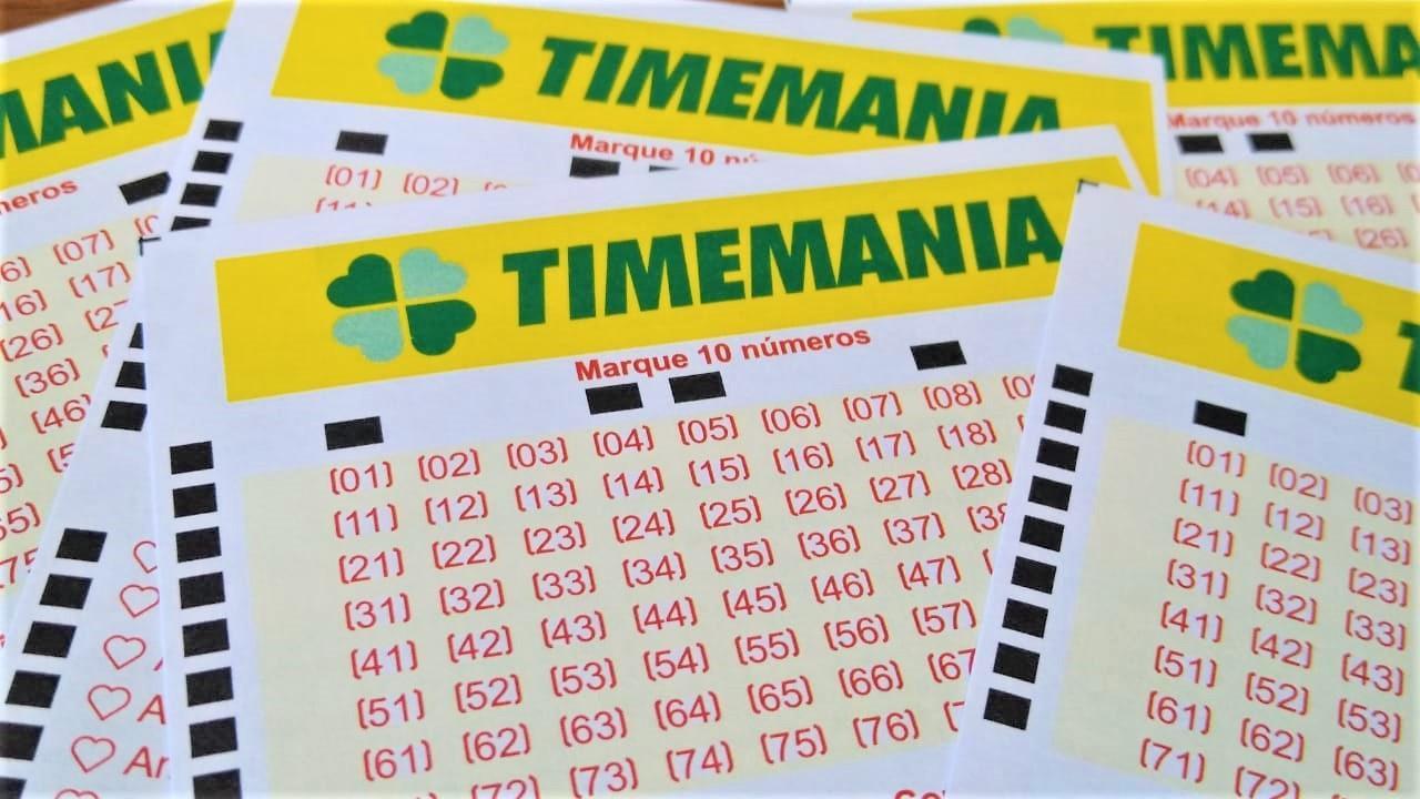resultado da timemania - a foto contém diversos volantes da timemania espalhados sob uma mesa