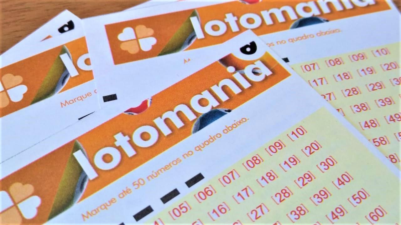 resultado da lotomania - volantes da lotomania em branco espalhados sob uma mesa