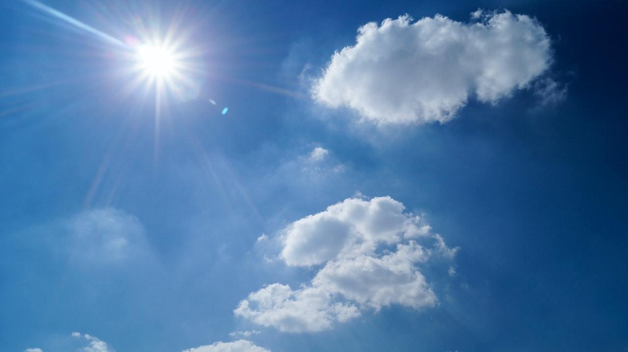 Imagem mostra céu azul na previsão do tempo spcom duas nuvens e sol ardente - previsão do tempo