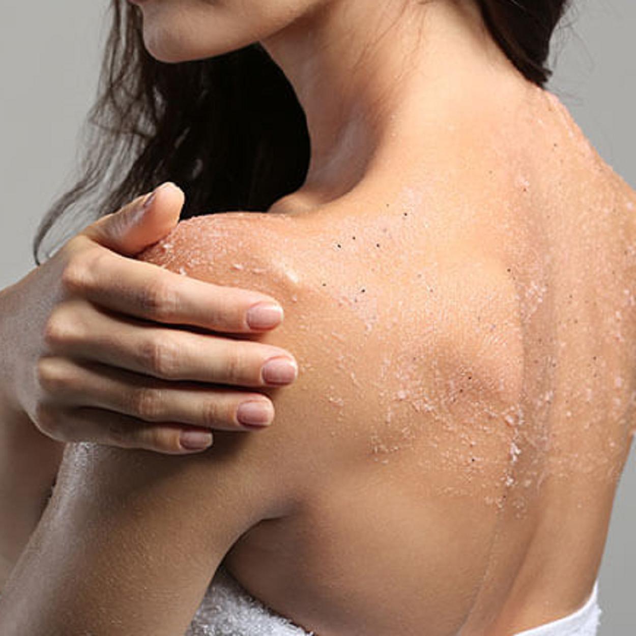 esfoliar a pele para Remover autobronzeador do corpo