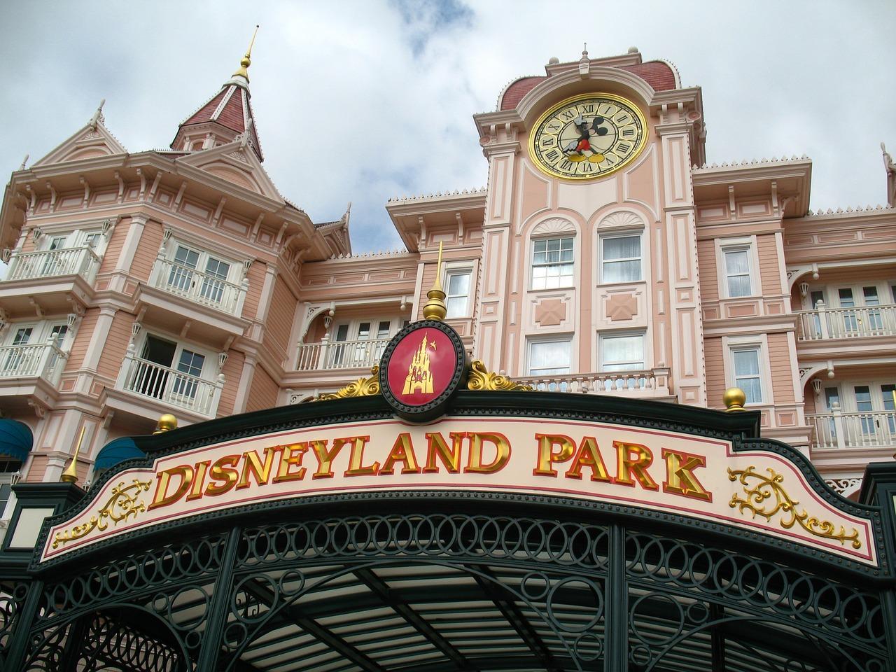 Foto da fachada do Disneyland Park que será local de vacinação em massa contra a covid-19 na Califórnia
