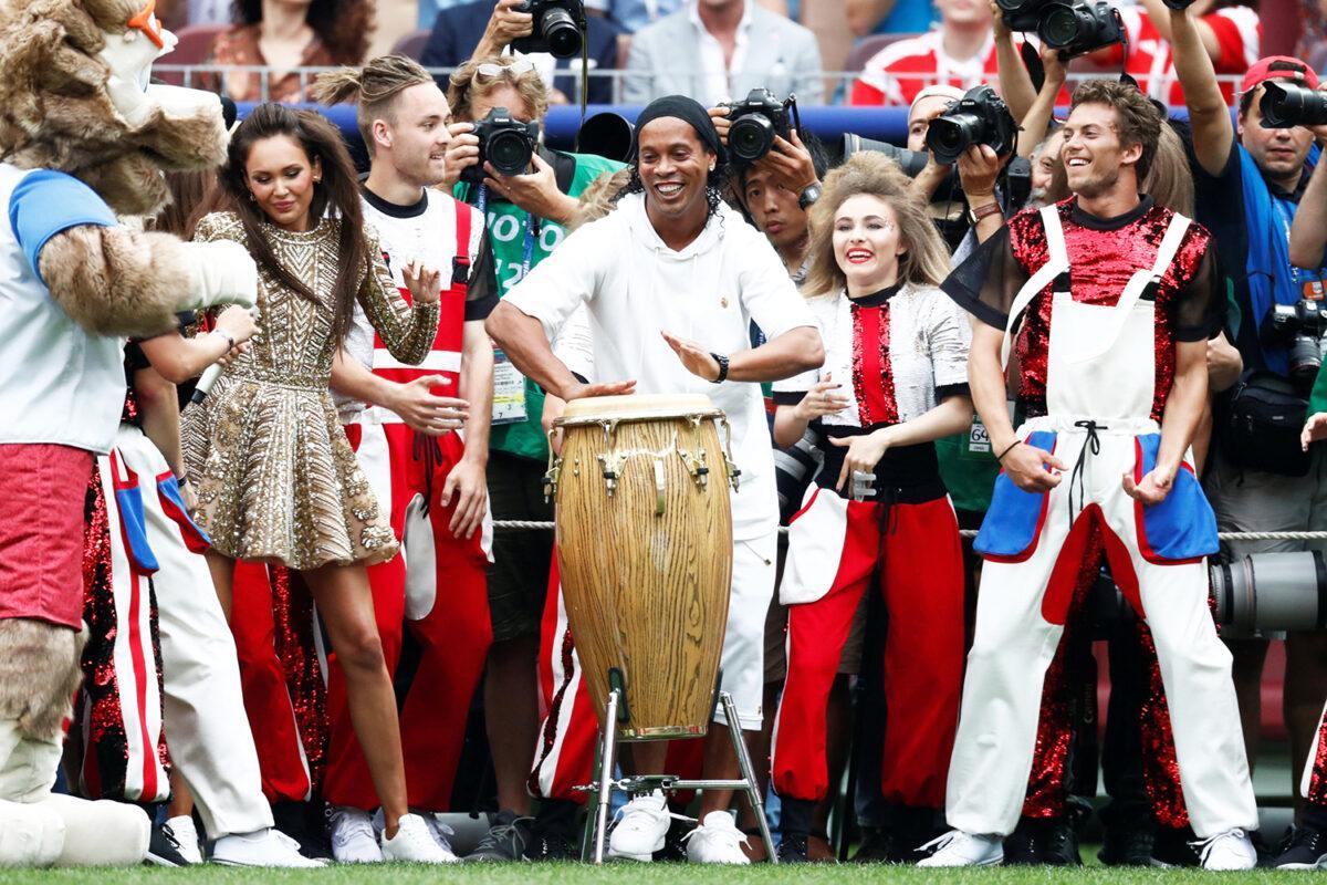 Em um de seus 'roles aleatórios' Ronaldinho aparece na abertura da Copa do Mundo da Rússia em 2018