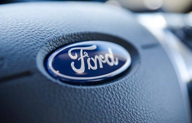 Imagem mostra logo da Ford em matéria sobre fim de fábricas no Brasil investimentos na Argentina