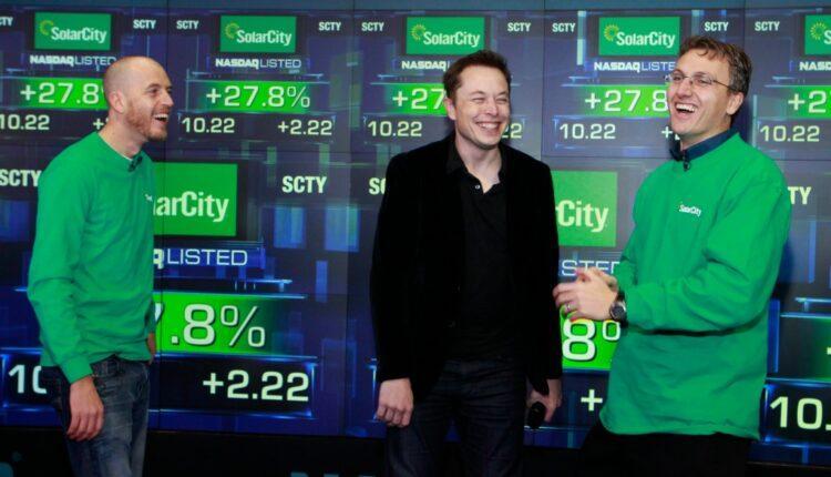 Imagem mostra Lyndon e Peter Rive em matéria sobre família de Elon Musk