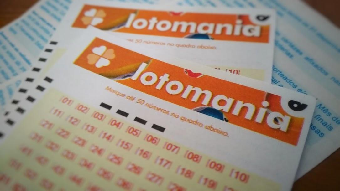 A imagem mostra volantes da Lotomania