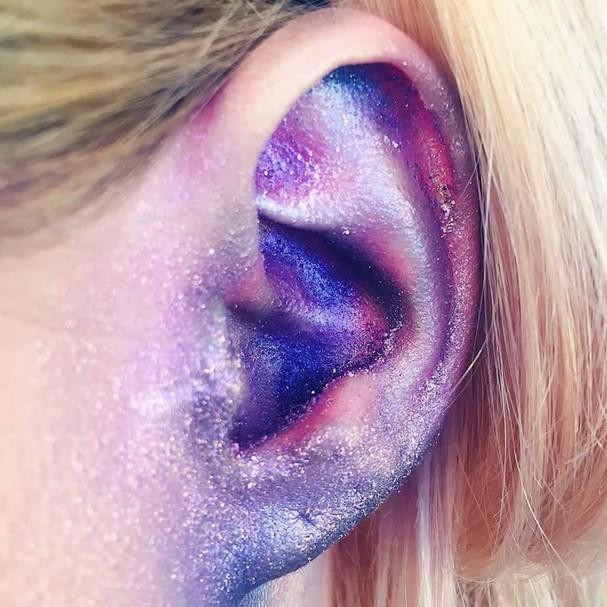 Imagem mostra maquiagem na orelha